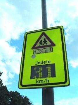 obrázek:obr 1 dopravni zarizeni doplnujici svislou dopravni znacku