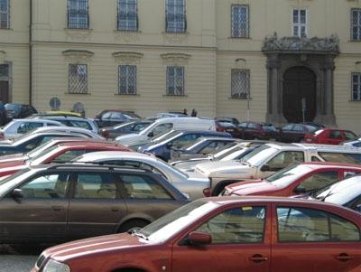 obrázek:obr 1 historicke centrum znehodnocene skladistem automobilu b