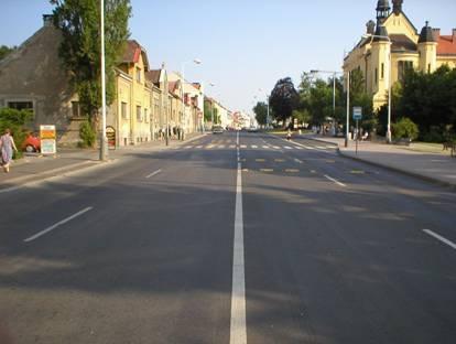 obrázek:obr pohled na prechod s bus zastavkou chraneny uzkymi zpomalov
